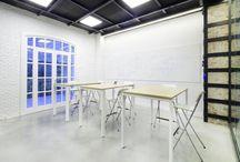 Brainstorming / El espacio en el que se crea es uno de los más importantes en una oficina. Imaginación, lluvia de ideas, inspiración. Nuestro mobiliario siempre actúa en consonancia con lo que le rodea. Un mobiliario cómodo, inspiracional y creativo, que permita largas reuniones que además necesitan complementos.
