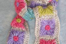 Tejido de crochet, dos agujas y a mano.