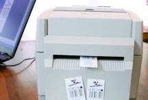 Drukarki do  wszywek / Prawdą jest, że stosując odpowiednie kalki możemy wydrukować wszywki odzieżowe na nylonie, poliestrze, poliamidzie a nawet specjalnie spreparowanej bawełnie i tyvecu przy użyciu większości oferowanych drukarek termo transferowych. Z góry trzeba jednak odrzucić drukarki wyposażone w głowice krawędziowe, służą one do druku znacznych ilości etykiet z dużą prędkością. Nie będę rozwijał tego zagadnienia bo nie jest ono związane z tematem niniejszego opracowania.