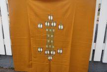 Tekstiilit, mattoja, kankaita / Suomalaisia käsitöitä; ryijyjä, raanuja, pöytäliinoja, sekä kankaita ja mattoja.