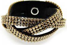 Bransoletki / Eleganckie bransoletki z kryształami Swarovskiego. Bransoletkiz kryształami Swarovskiego to doskonały pomysł na prezent dla każdej eleganckiej i zadbanej kobiety, która lubi otaczać się pięknymi dodatkami i za ich pomocą tworzyć swój własny, indywidualny styl. Połyskujące, mieniące się kryształki z pewnością przyciągną wzrok zachwyconych mężczyzn i pozwolą poczuć się naprawdę wyjątkowo.