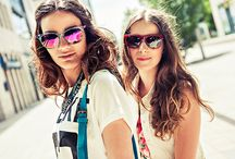 AMIKOR A TINÉDZSEREK FESZTIVÁLOZNI INDULNAK / Emma, a tini divatblogger ezúttal a barátnőjét is magával hozta a fotózásra, amelynek témája a fesztivállook volt. A szettek a Benetton, Bagatt, Promod és Vision Express üzletek ruháiból és kiegészítőiből álltak össze. A sminket a House of beauty-ban Zsótér Szilvi, a hajakat pedig a Nogli Kornél, a Zsidró Szalonban készítették el.