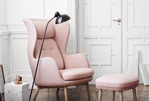 AKTION RO™ von Fritz Hansen. / RO™ VON JAIME HAYON.   Ro™ ist ein schlichter Sessel designed von Jaime Hayon für Fritz Hansen. Einige sehen einen schönen Sessel, andere sehen einen Rückzugsort mit Privatsphäre. Ein Angebot zum Innehalten als Ausgleich in dieser stetig betriebsamen Welt. Ein Ort der einen in Komfort hüllt.   Ergänzend dazu der Fußhocker von Firtz Hanzen, der für zusätzlichen Liegekomfort sorgt.
