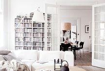 style scandinavian / Strakke lijnen en een minimalistische sobere vormgeving, comfort en functie, weinig accessoiresIn, lichte kleuren (meestal wit met natuurlijke aardetinten, grijs en zwart, pasteltinten. Natuurlijke materialen waaronder hout. Deze grondstof is rijkelijk voorradig in Finland, Denemarken en Zweden. Je vindt het terug in meubels, vloeren, muurbekledingen en zelfs het plafond. Gedurfde patronen en geometrische vormen die terugkomen in behang, woontextiel en decoratie.