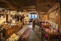 Bar à Fromage Restaurant de Montagne / In un'antica casera d'alpeggio riscaldata dal grande camino, scopriamo i piatti tradizionali dell'alta montagna. A volte la felicità è fatta di momenti rubati al tempo e alla ragione.