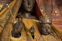 Black Madonna - Madonna Nera / Una Madonna Nera è una rappresentazione (statua o quadro) della Vergine Maria, eventualmente accompagnata dal Bambino Gesù, il cui volto ha un colorito scuro, se non proprio nero.