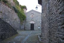 Chiesa di San Pietro / La chiesa di San Pietro, costruita ai piedi della Rocca, a quanto si rileva da alcuni documenti, risulta la più antica  del paese di Castiglione, addirittura fatta erigere nel 723 da due fratelli longobardi.