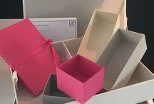 Hochzeitsgeschenk / Ein ganz persönliches Geschenk: diese Erinnerungsbox wird von Hand gefertigt und mit dem Namen des Brautpaares und dem Hochzeitsdatum versehen. Ein ebenfalls leinenbezogenes Fotoalbum und ein edles Kartenset vervollständigen die memoryboxx.