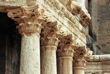 Siria / Un paese che offre molte suggestioni a chi ha il piacere di visitarlo: oasi, deserto e antichi siti archeologici che raccontano la storia di Ittiti, Persiani, Greci, Romani e Bizantini che colonizzarono questa terra in epoche passate. Palmira e Damasco sono i suoi tesori di punta.