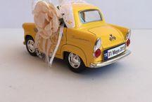 Vintage Araba Nikah Şekeri / Vintage Araba Nikah Şekeri 1955 Ford Thunderbird model arabasının minimalize edilmiş halidir. Metalden yapılmış olan çek-bırak özellikli, açılır kapılara sahip Vintage Araba Nikah Şekeri 4 renk olarak hazırlanıyor.  Bu renkler; Su yeşili, bebek mavisi, sarı ve krem.  Vintage Araba Nikah Şekeri'nin boyu 9.5 cm, eni 4 cm ve yüksekliği 5 cm. Araba süslemesi dantel ve kağıt çiçek ile tamamen kişiye özel olarak yapılıyor.