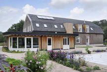Zorgboerderij / Ervaren zorgondernemers Jan en Wietske creëeren een zorgcomplex voor drie generaties op een voormalig boerenerf. De honderdjarige boerderij werd duurzaam herbestemd tot woonzorgappartementen voor ouderen.