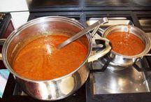 """Authentieke Indische sauzen / In de Indonesische keuken wordt in het algemeen niet zo veel met sauzen gewerkt. De bekendste Indische saus is de zgn. sate saus of ook wel """"katjang"""" saus genoemd.   Ik heb dan ook een paar sauzen op """" pinterest """" gezet, welke niet te moeilijk zijn om zelf te maken."""