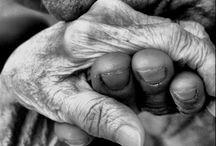 Mãos que trabalham... cuidam... / As mãos que cuidam, que fazem a comida, que trazem o pão de cada dia, que dão o afeto, que fazem o carinho, que limpam as lágrimas do dia difícil, da lágima da felicidade, da ajuda ao próximo, mãos que fazem de tudo, e que as vezes nada fazem...