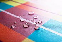 CÔTÉ TABLE / Chemins de table (vis-à-vis / tête-à-tête), nappes carrées, nappes rondes, nappes rectangulaires, sets de table, serviettes de table, tissus enduits vendus au mètre… COMPTOIR CRÉOLE décline une gamme de linge de table. Leur motif s'inspire très largement du traditionnel tissu « madras ». A dominante orangé, jaune et bleu, les linges de table de COMPTOIR CRÉOLE enchanteront votre salle à manger et vos tables.