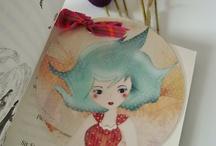 My objects on sale / Objets faits main : marque-pages, carnets, mini boites décorées, miroirs de poche, badges, poupées en tissus... /// Handmade objects: bookmarks, notebooks, mini decorated boxes, pocket mirrors, badges, cloth dolls... Mes boutiques en ligne /// My online shops: http://fr.dawanda.com/shop/alias-ze-shop and http://www.alittlemarket.com/boutique/_alias