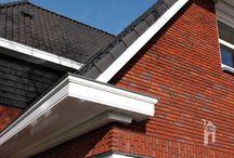 """Blauhuis jaren-dertig / Een huis in de bouwstijl van de jaren-dertig.  Een ruim leefhuis."""" Voor de gevel is een handgevormde baksteen gekozen uit de Vogelensangh steenfabriek. De steen is niet gevoegd maar met een zwarte doorstrijkmortel gemetseld.  Voor het dak een traditionele 'blauw gesmoorde' dakpan. De kozijnen zijn van hardhout met driedubbele beglazing. Daklijsten met grote overstek, hardstenen vensterbanken en raamdorpels. De grote schoorsteen is een karakteristiek element in het ontwerp."""""""