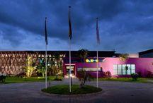Hôtel Onomo Libreville / Situé à 5 mn de l'aéroport Léon Mba de Gabon, l'hôtel Onomo Libreville offre tous les services d'un grand hôtel pour un prix plus abordable : bar, restauration et réception 24h/24 7 jours sur 7, wifi gratuit dans tout l'hôtel, salles de réunion.