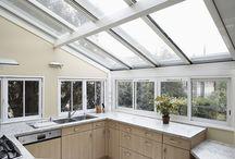Veranda cuisine / Ce tableau montre un exemple original d'aménagement de verandas en cuisine : un espace de vie baigné de lumière pour cuisiner et recevoir !