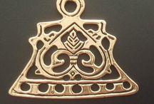 Kædedeler til skålspænder - perlekæde splitter. / Kædedelere til brug ved skålspænder i bronze, og forsølvet bronze, er kopi af fund