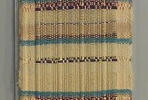 Tissage de la soie et du coton / Tissage des fibres textiles naturelles, la façon dont est tissé et fabriqué un foulard en soie ou en coton. Handmade silk scarf, weaving handycrafts. Techniques et savoirs faire autour de la soie autour du ver à soie bombyx murier jusqu'au tissage et fabrication des écharpes.