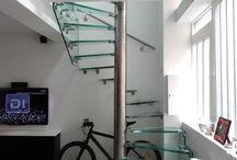 Escalier Pivot / Pivot Stairs / . escalier : colimaçon, hélicoïdal rond . structure : pivot central rond en inox ou en acier laqué + en extérieur une ou plusieurs parois latérales en verre (rampantes ou reposant au sol ou suspendues), ou, limon latéral en inox ou acier, ou, fixations directement sur mur porteur . marches : verre / bois (chêne, hêtre, ou autre sur demande) / inox / acier laqué . garde-corps : verre et inox / inox / verre et acier laqué / acier laqué