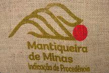 """BRAZIL SÍTIO VELHO ESTATE,  """"Indicação de Procedência - Mantiqueira de Minas"""" / 100% arabica, natural coffee  farmář                Herbert de Castro Junqueira mikroregion       """"Indicação de Procedência - Mantiqueira de Minas"""" rozloha               20 ha m.n.m.               1000 m - 1150 m BRAZIL SÍTIO VELHO ESTATE svojí kvalitou výrazně vyčnívá brazilským kávám. Sladkou borůvkovou chuť doplňuje  lískový oříšek a v závěru sladká čokoládová dochuť. Vše s nízkou aciditou, u které se přesto nebudete nudit. Vláčné tělo je nádherná tečka v této harmonické kávě."""