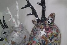 caccia grossa / realizzazione di trofei in cartapesta, con vecchi fumetti, quotidiani, libri e materiali vari.