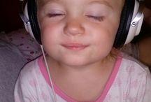 córka słucha muzy
