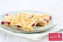 Yummy / Przepis na ciasto pleśniak Czas przygotowania: ok. 15 minut Czas chłodzenia: ok. 30 minut Czas pieczenia: ok. 40 minut Składniki (na standardową blaszkę z piekarnika): 6 jajek 3 szklanki mąki 1 i 1/2 kostki masła 1 i 1/2 szklanki cukru 1 kg śliwek (wypestkowane, pokrojone w ćwiartki) lub dżem, marmolada, konfitura, powidła owocowe skórka z 1/2 cytryny