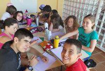 Clases de inglés Campamentos de inglés GMR / Impartidas por profesores nativos titulados. Las clases son de 1 profesor por cada 10 niños.  Los profesores están todo el día con los campers, por lo que la inmersión lingüística es absoluta. Acompañan a los alumnos en excursiones y actividades multiaventura