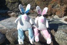 Rufus Rabbit på tur / Rufus Rabbit er en liten heldig kanin. Rufus Rabbit får lov å reise til mange flotte steder i Norge. Vi viser deg Rufus sine opplevelser på sin vei.