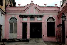 """Callejón del Chorro / En una de las cuatro esquinas de la Plaza de la Catedral se encuentra el Callejón del Chorro, cuyo nombre viene de su antiguo uso.  El """"chorro"""" era el nombre con el que se conocía popularmente a la Zanja Real, el canal hidráulico de más 11 kilómetros que desde 1592 traía agua del río Almendares (por entonces llamado río La Chorrera) al recinto amurallado de La Habana. / by Paseos por La Habana"""