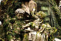 Stillende Statuen