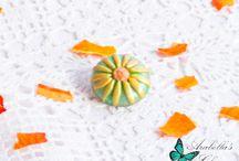Spilla con fiore margherita gialla e verde fatta in fimo