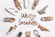 """WE ❤️ SNEAKERS - KONEN München / Go for Glam! Die aktuellen Sneakers dieser Saison bringen unsere Augen mit Metallic zum Strahlen - unsere Highlights von P448, BILLI BI und TIMAR lassen sich zu angesagten 7/8-Hosenlängen und Jeans mit offenem Saum bestens kombinieren.  Heißer Tipp für Sneakerfans: Das Label FRILLES bietet coole """"Schuhfransen"""" aus Leder, mit denen sich jedes Schuhpaar im Handumdrehen aufpeppen lässt!  ► http://bit.ly/KONEN-Damen-Sneakers-Pinterest"""