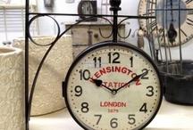 Zegary dworcowe / Dostępne w naszym sklepie internetowym zegary dworcowe to ciekawa alternatywa dla zwykłych zegarów ściennych. Każdy zegar dworcowy to zegar dwustronny o metalowej ramie i wskazówkach. Zegary różnią się między sobą ze względu na rozmiar i grafiki na tarczach.