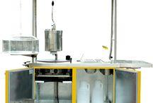 Chariot à crêpes ELITE 1C / Un chariot haut de gamme au look résolument design, conçu pour faciliter le travail du crêpier et attirer le regard des clients. Il est entièrement équipé et possède même une partie réfrigérée. Carrosserie double paroi isolée par 4 cm de mousse polyuréthane.  Les parois extérieures sont en tôles électro zinguées revêtues de peinture époxy (large palette de couleurs). Les parois intérieures sont en tôles galvanisées.