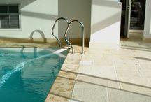 Margelle de piscine plate Altar pierre reconstituée / Margelles de piscine plates de 33 cm, gamme Altar, en pierre reconstituée ou béton préfabriqué. Aménagement des abords de piscine avec margelles plates; aménagement terrasse piscine.