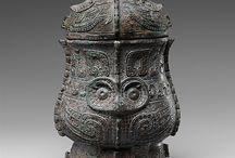HIS/China/Shang-dynasty 1766 - 1122 v.Chr. / Uit de Chinese Kronieken blijkt niet duidelijkof deze periode in 1766 of 1514v.Chr. Aan de macht is gekomen.Uit archeologische opgravingen is bekend dat de eerste hoofdstad van sjang bij Luoyang lag. Mooiste bronswerk uit de Chinese geschiedenis.Omstreeks 1384 koos het een nieuwe hoofdstad Jin gelegen in de buurt van An-jang stratenplan strak voorbeeld. In 1273 werden regels voor de voorouderverering in periodieke kalender vastgelegd door keizer Zu-jia