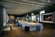 Uitgelicht: Het Zilvermuseum. / Winnaar Museum Ontdekking 2015. Het Zilvermuseum in Schoonhoven is vernieuwd. Met prachtige  nieuwe presentaties en de langste Zilver-doe tafel ter wereld kun je zelf actief aan de slag. Bovendien kun je zelf zilver bewerken in het Zilverlab. Een gaaf uitje dus.