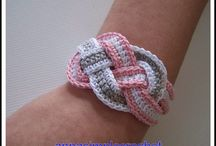 Free Crochet Jewellery Patterns and Ideas / Handmade jewellery has never been so easy with these free knitting and crochet jewelry patterns. They are great gift ideas and can be made up super fast.