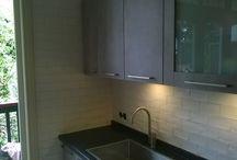 handgemaakte tegels / Een KeukenKampioen keuken betegeld. ( handgemaakte tegels ) Door Tegelzettersbedrijf J van Loenen voor M plus montage in Rotterdam