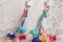 orecchini di filo colorato.