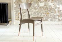 """Transformá sillas con un efecto de inmersión en pintura / Este divertido efecto de pintura es una forma de renovar rápidamente muebles viejos o gastados. Estas patas pintadas o """"pies coloreados"""" son un efecto inteligente de inmersión en pintura excéntrico, divertido y una forma fácil de dar a muebles viejos o gastados un nuevo estilo elegante."""