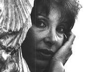 Alba Gonzales / A 19 anni si diploma all'Accademia di Danza del Teatro dell'Opera di Roma, che la porta a danzare in molti teatri italiani e stranieri. Dopo aver ottenuto il diploma in Canto Lirico, si sposa e, incoraggiata da critici e poeti dal 1975 si dedica esclusivamente alla scultura