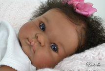 babymeisje met zwarte krulletjes