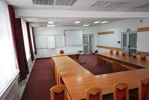 Orange Szkolenia Ośrodek Szkoleniowo-Wypoczynkowy - Gdańsk / Organizatorom szkoleń i konferencji ośrodek udostępnia 6 klimatyzowanych, wielofunkcyjnych sal, wyposażonych w profesjonalny sprzęt audiowizualny, mogących pomieścić nawet do 200 osób.