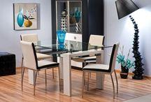 Stoły / Wybórając odpowiedni stół warto przemyśleć tą decyzję, należy też pamiętać o kilku ważnych kwestiach. Istotną kwestią jest sprecyzowanie w jaki sposób i gdzie stół będzie użytkowany oraz rozmiar i kształt stołu. Zupełnie inaczej zasiada się przy stole okrągłym, a inaczej przy prostokątnym.