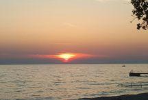 Kroatien Insel Pag auf dem Campingplatz Strasko Camping mit Kind. / Camping Urlaub mit Kind. Der Platz hat sich in 5 Jahren sehr verendert! Es gibt jetzt z.B. einen Pool was toll ist ! Aber noch besser wäre wenn es einen Sonnenschutz geben würde also auf dem gesamten Poolgelende keinen Schatten. Aber es ist gut das der Pool da ist denn doeser bereich am Meer ist foller Seeigel Kinder im Meer rumtoben lassen ist sehr gefährlich. Natürlich sollte man Wasserschuhe tragen wenn man ins Meer geht wobei das hier sehr wenige machen und somit den Pool lieber nutzen.