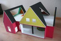 Poppenhuis voor jongens (gebaseerd op de kazerne van Brandweerman Sam) / Zelfgemaakte brandweerkazerne, gebaseerd op de kazerne van Brandweerman Sam. Hij is nog niet helemaal klaar, maar het begin is er!! ;-)